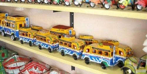 CARS RAPIDES EN MINIATURE EN VOGUE Souvenir d'un passage à Dakar ou jouet d'enfant