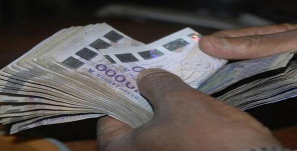Caisse Noire, Salaires, Primes : La folie dépensière du régime