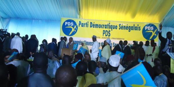 Visite d'Emmanuel Macron au Sénégal: les libéraux à l'accueil avec des brassards rouges