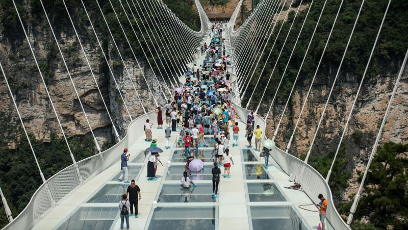 Le plus long pont en verre du monde ouvert au public en Chine