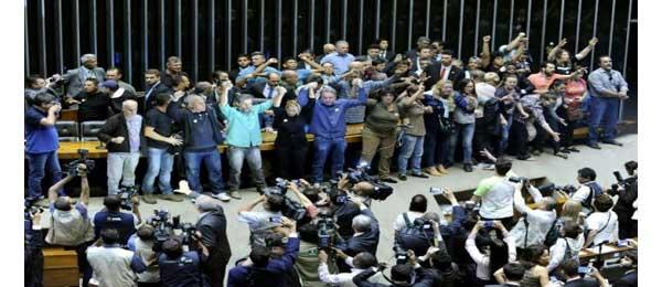 Brésil : Des manifestants occupent le Parlement