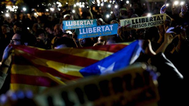 Des milliers de manifestants contre l'incarcération d'anciens ministres catalans