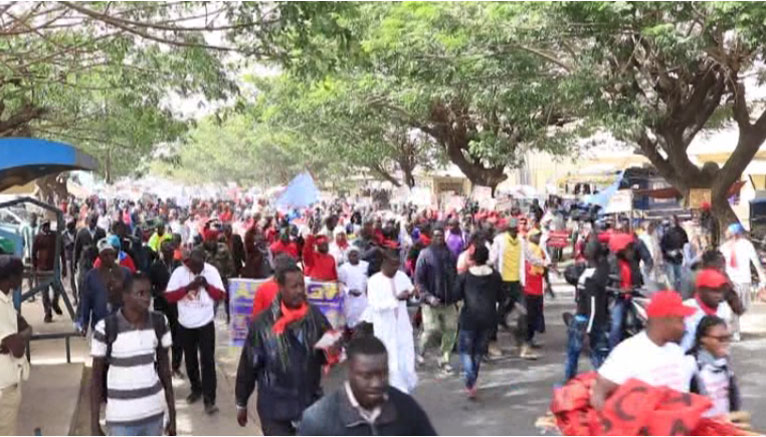 MANIFESTATION : L'opposition gazée à l'extérieur