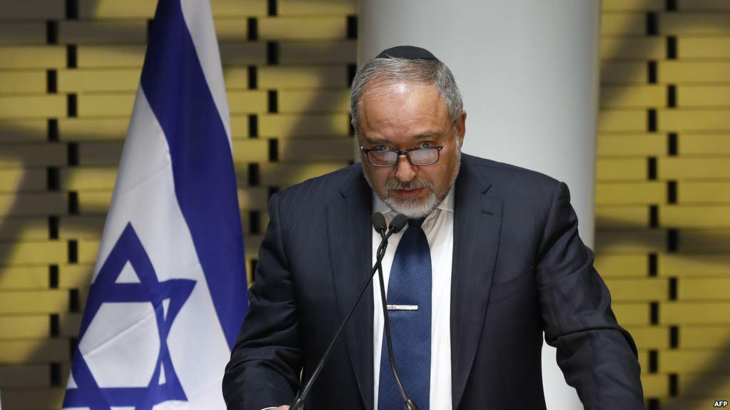 Le ministre de la Défense israélien félicite le soldat ayant tiré sur un Palestinien