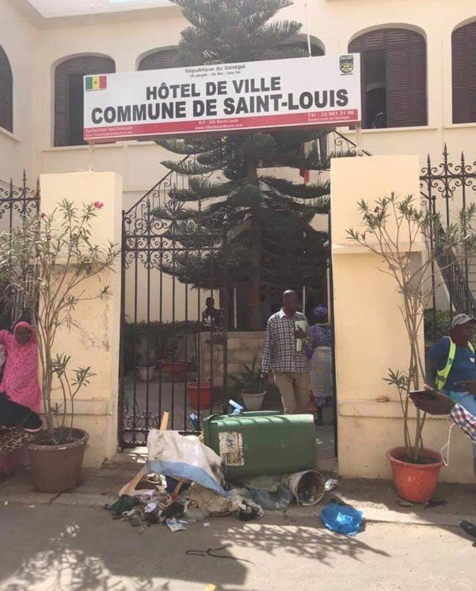 Mansour FAYE invisible :  les travailleurs du nettoiement déposent les ordures devant la mairie