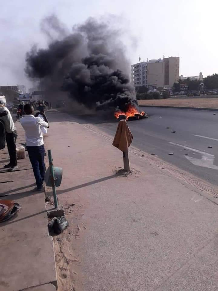 Rond-point JVC : les partisans de Khalifa SALL mettent le feu