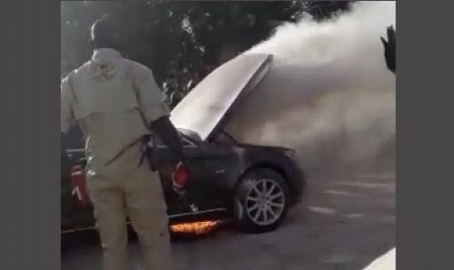 La limousine de Macky bonne pour la casse: «à la place d'extincteurs à poudre, les secouristes ont utilisé des jets d'eaupour éteindre le feu»