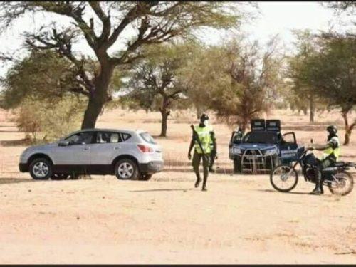 La gendarmerie bloque les chemins de brousse