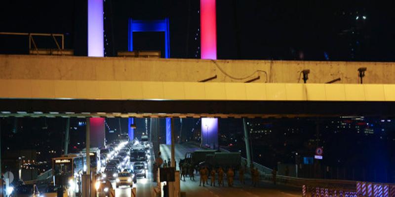 Coup d'Etat en Turquie : chars et explosions autour du Parlement à Ankara