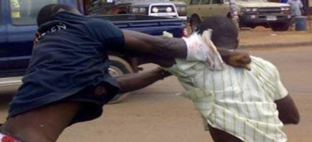 Bagarre : le taximan assène des coups de clé à roue à son camarade