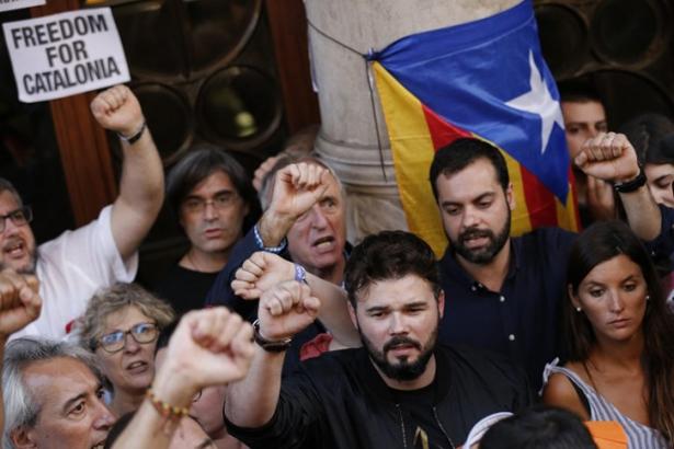 Un député catalan au Premier ministre espagnol : « Retirez vos sales mains des institutions catalanes»