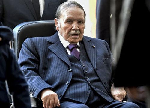 Algérie: Bouteflika, démissionnaire, limoge le patron du service de renseignements