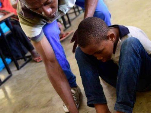 Né sans bras, Abchirou Abdou tient aux études