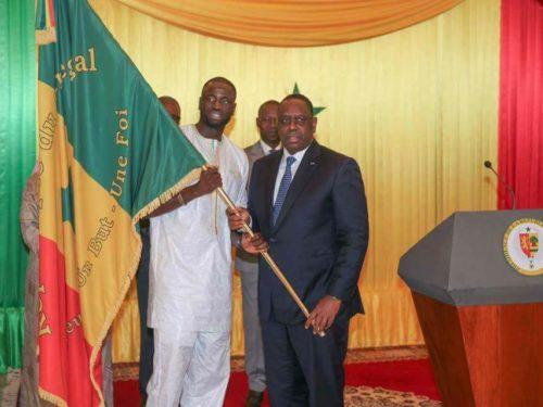 Remise du drapeau : Macky SALL demande aux Lions de revenir avec le trophée